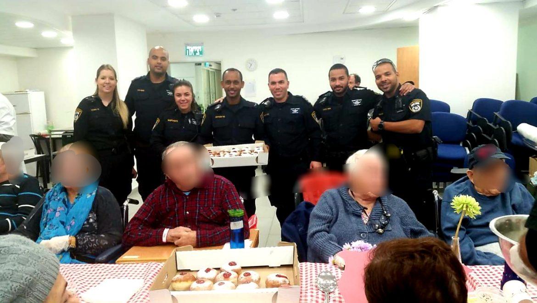 שוטרי מרחב איילון הגיעו  לחגוג עם השוהים את חג החנוכה , לחלק סופגניות ובעיקר לשמח את ליבם