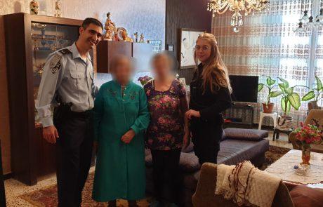 המשטרה עצרה 3 חשודים בחטיפת תיק של ניצולת שואה בחולון. אתמול השיבו לה השוטרים את התיק