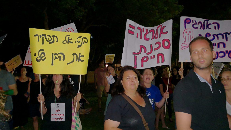 לאחר שבועות של הפגנה מול ביתו של שר החינוך,יצא השר למפגינים.