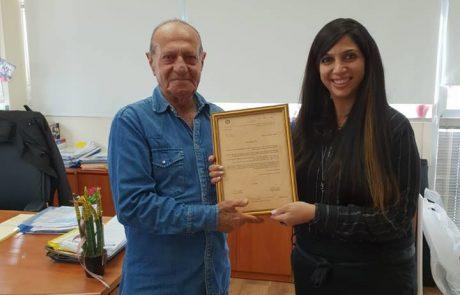הגברת אתי רענן עזר מנהלת סניף ביטוח לאומי חולון עם עמוס ירושלמי