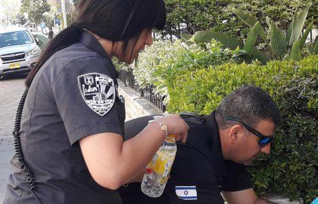 כיצד פעלו שוטרי הסיור העירוני שפנה אלהם אזרח וביקש סיוע?