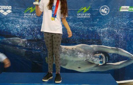 עופרי קמר מחולון היא אלופת ישראל בשחייה לצעירים.