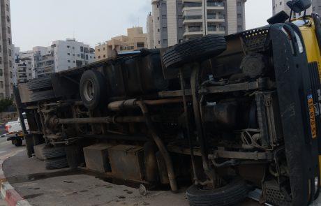 משאית התהפכה במתחם הבניה באזור ח 370