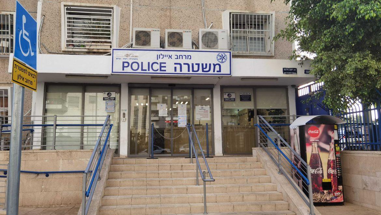 במהלך הבדיקה  תפסו השוטרים אקדח טעון ודרוך שהיה ברשות החשודים.