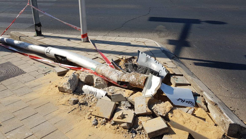 """רוכב אופנוע נפגע מרכב ברחוב אלופי צה""""ל בחולון."""