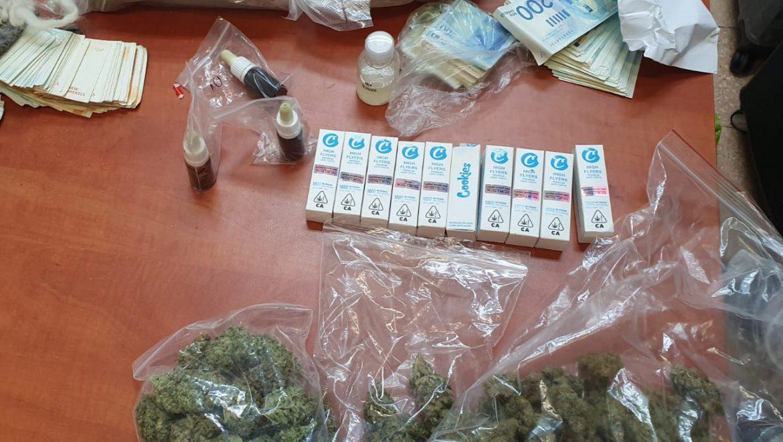 בעקבות כתב אישום שמוגש היום (א') נגד שני חשודים באחזקת סמים בכמות שלא לצריכה עצמית,  מבקשת המשטרה לחלט את רכושם וביניהם – כ – 400 אלף שקלים.