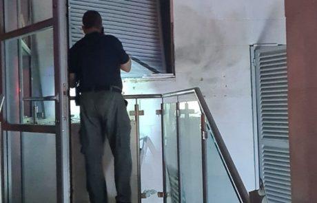 לפני זמן קצר התקבל במשטרה דיווח על פיצוץ ברחוב נעמי שמר בחולון.