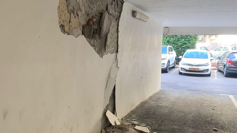 """כוחות משטּרה וכב""""ה השלימו כעת את פינוי כלל דיירי בית מגורים בחולון וסגרו את ציר התנועה הסמוך, למען בטחון הציבור, בשל חשש מקריסת המבנה"""